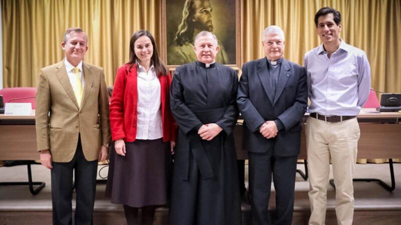 De gauche à droite : Dr Jórge López, Gloria Rodríguez, P. Eduardo Robles-Gil, P. Gianfranco Ghirlanda S.J., Francisco Gamez (laïc)