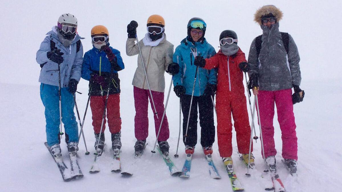 Groupe de jeunes à ski
