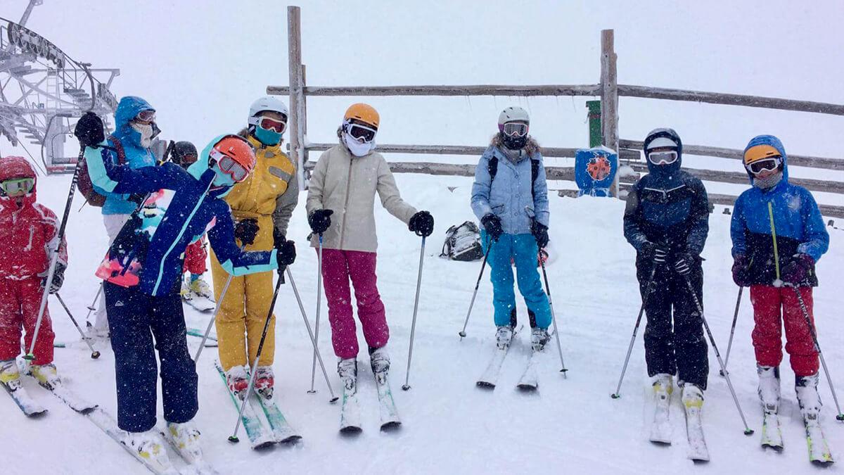 Groupe de jeunes sous la neige