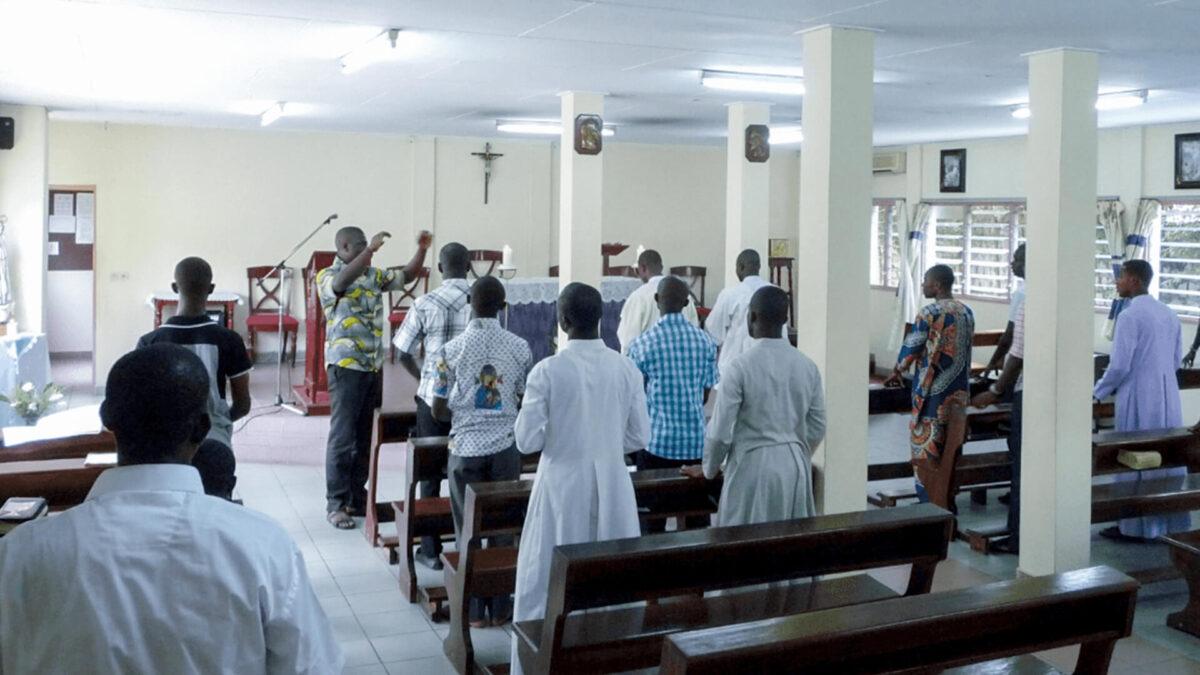 Les jeunes du séminaire Paul VI se retrouvent pour la prière communautaire à la chapelle