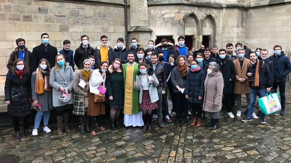 P. Leopoldo et les jeunes RC à la sortie de la première messe