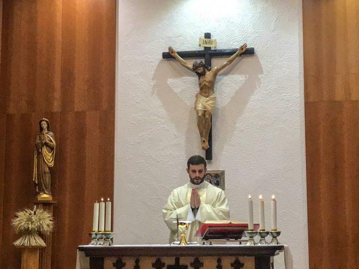 Le P. Leopoldo célèbre la messe pour les retraitantes à la chapelle