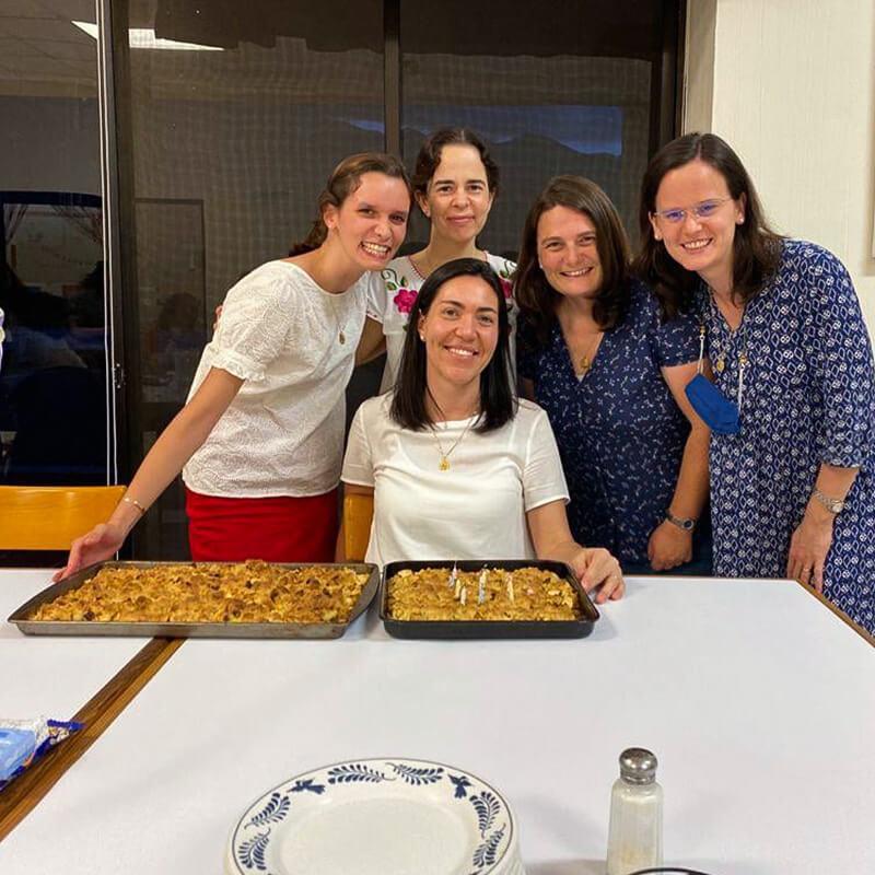 Maëva et les consacrées françaises présentes, Lucie Favier, Clarisse Desclèves ET ASTRID DE SERGONZAC, ont préparé un crumble pour l'anniversaire de la responsable du cours de pré-candidature, María José Pazos.