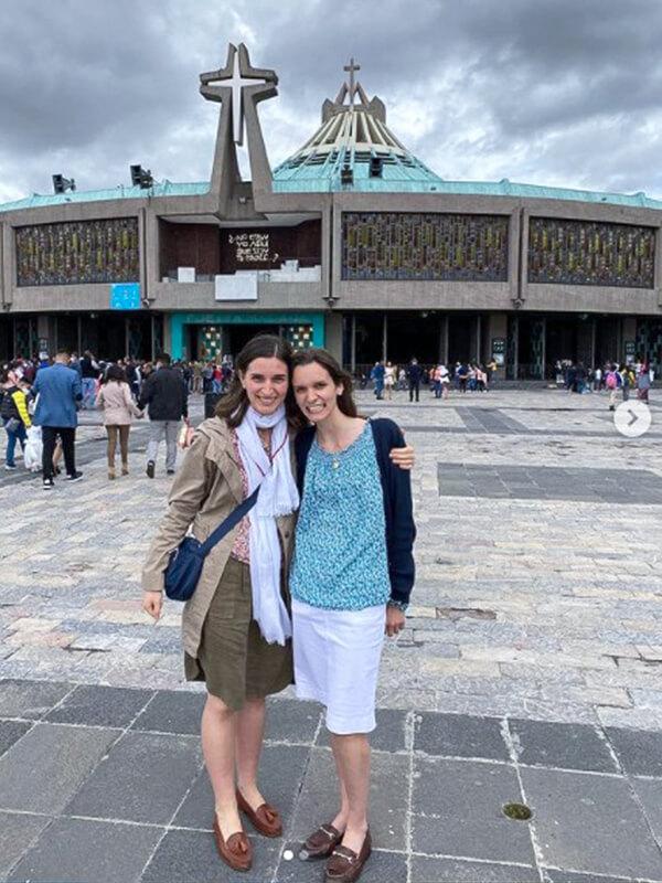 Maëva est au sanctuaire de Notre-Dame de Guadalupe avec Carmen Fernández Blanco, consacrée, qu'elle a retrouvée à Mexico avant de partir à Monterrey.